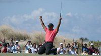 Tiger Woods oslavuje zahraný eagle na turnaji na Bahamách.