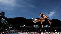 Barbora Špotáková letí vzduchem při dálkařské soutěži sedmibojařek v Talence.