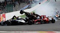 Jedna z nehod Francouze Grosjeana - v belgickém Spa sestřelil Fernanda Alonsa i Lewise Hamiltona.
