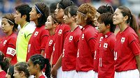 Japonské fotbalistky musely do Evropy nižší třídou. Na snímku je tým před nedávným přípravným utkáním na olympiádu v Paříži.