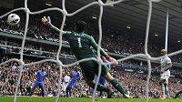 Tenhle míč už Petr Čech nechytil, střelec Jermain Defoe z Tottenhamu stojí zcela vpravo.