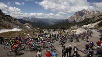 Peloton cyklistů na Giru projíždí Alpami v 17. etapě z Falzes do Cortiny d´Ampezzo