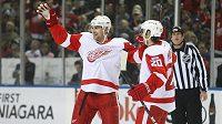 Obránce Jakub Kindl (vlevo) se raduje společně se spoluhráčem z Detroitu Drewem Millerem z gólu, který vstřelil v NHL Buffalu