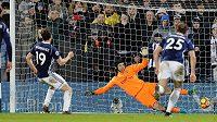Jay Rodriguez z West Bromwiche překonává v závěru zápasu s Arsenalem z penalty brankáře Petra Čecha.