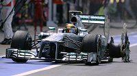 Zoufalý Lewis Hamilton míří do depa v Silverstonu se zbytkem rozcupované pneumatiky.