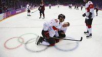 Kanaďan John Tavares se v utkání s Lotyšskem zranil.