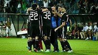 Fotbalisté Karabachu se radují z gólu proti Liberci v zápase Evropské ligy.