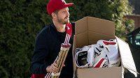Dominik Furch přichází na sraz hokejové reprezentace v Praze.
