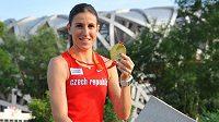 Zuzana Hejnová hrdě vystavuje svou zlatou medaili.