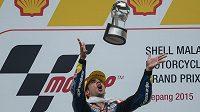 Portugalský jezdec Miguel Oliveira si hází s trofejí pro vítěze Velké ceny Malajsie v kategorii Moto3.
