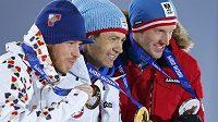 Nejlepší trio sprinterského závodu biatlonistů (zleva) bronzový Jaroslav Soukup, vítězný Nor Ole Einar Björndalen a stříbrný Rakušan Dominik Landertinger.