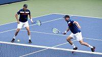 Mike Bryan (vpravo) se svým bratrem Bobem během utkání 1. kola čtyřhry na US Open.