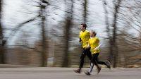 Žena a muž. Běžci, kteří mohou mít odlišné cíle, plány, tužby.