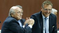 Sepp Blatter (vlevo) a generální sekretář FIFA Jérome Valcke.