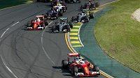 Start Velké ceny Austrálie vozů Formule 1, v čele Sebastian Vettel z Ferrari.