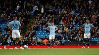 Zklamaní fotbalisté Manchesteru City na Etihad Stadium, který nebyl na dulu Ligy mistrů proti lyonu vyprodán.
