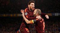 Velkou radost měli z vyrovnávacího gólu fotbalisté Barcelony Lionel Messi a Andrés Iniesta.