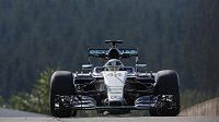 Lewis Hamilton s vozem Mercedes na okruhu ve Spa-Francorchamps.