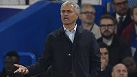 Znepokojený trenér Chelsea José Mourinho.