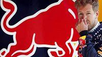 Jak to dělají? Pilot týmu Red Bull Sebastian Vettel usiluje o pátý titul v řadě, pořadí MS ale vládnou jezdci Mercedesu.