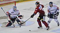 Zleva brankář Vítkovic Aleš Stezka, Vladimír Sobotka ze Sparty a Patrik Koch z Vítkovic.