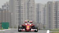 Fin Kimi Räikkönen s ferrari v Šanghaji.
