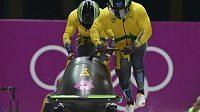 Jamajčané Winston Watts a Marvin Dixon během olympijské soutěže dvojbobů.