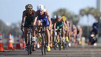 Vítěz amerického triatlonového závodu v San Diegu Alistair Brownlee (v popředí) při jízdě na kole.