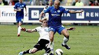 Liberecký Breznaník (modrý) a plzeňský Rajtoral v souboji o ligový titul v posledním kole Gambrinus ligy.