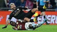 Sergio Agüero (nahoře) z Manchesteru City v tvrdém souboji s Marvelousem Nakambou z Aston Villy.