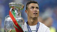 Cristiano Ronaldo s vítěznou trofejí.