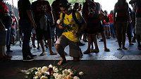 Smutek v Brazílii. Fanoušek truchlí poté, co během požáru v tréninkovém centru Flamenga zemřelo při požáru deset mladých fotbalistů.