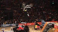 Freestyle motokrosař Libor Podmol zvládl triky ve vzduchu, boural však už před závodem, když vezl roztleskávačku.