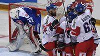 Čeští hokejisté se radují z gólu během Euro Hockey Challenge proti Slovensku.