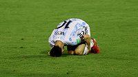 Lionel Messi po tvrdém zákroku během kvalifikačního zápasu s Venezuelou.