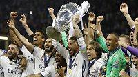 Kapitán Realu Madrid Sergio Ramos zvedl nad hlavu trofej pro vítěz Ligy mistrů. Bílý balet jako první tým v historii této soutěže obhájil prvenství.