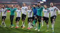 Fotbalisté Plzně oslavují vítězství v utkání na Spartě.