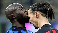 Zlatan Ibrahimovic (vpravo) z AC Milán v konfliktu s Romelem Lukakuem.