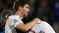 Plačícího Luise Suáreze utěšuje po utkání s Crystal Palace kapitán Liverpoolu Steven Gerrard.