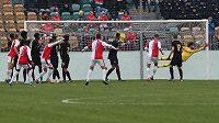 Joao Felipe střílí svůj třetí gól proti Interu Milán povedeným přímým kopem.