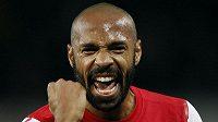 Útočník Arsenalu Thierry Henry se raduje z gólu.