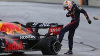 Vytočený Max Verstappen zlostně kope do své prasklé pneumatiky.