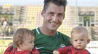 Rudolf Skácel z Příbrami se po zápase raduje se svými dcerami z výhry.
