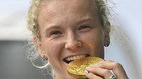 Tenistka Kateřina Siniaková pózuje se zlatou medailí z ženské čtyřhry po příletu z olympijských her v Tokiu.