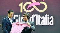 Vincenzo Nibali s růžovým dresem po boku pořadatele Urbana Caira při prezentaci 100. ročníku Gira.