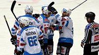 Radost chomutovských hokejistů z vyrovnávací branky na 1:1 proti Třinci.