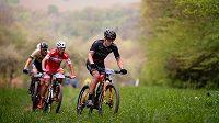 Kristian Hynek (v černém) z týmu Vitalo Future Cycling na trati závodu.