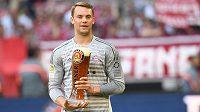 Brankář Bayernu Manuel Neuer se do branky po zranění nevrátil, titul ale slavil s týmem - tradičně - pivem.