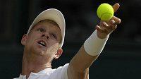 Kyle Edmund během zápasu s Novakem Djokovičem ve Wimbledonu.