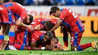 Fotbalisté Viktorie Plzeň oslavují gól Lukáše Hejdy na 2:1 během utkání s Mladou Boleslaví.